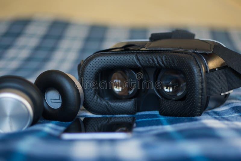 Réalité virtuelle, helmetбsmartphone de VR et écouteurs avec le vert photos stock