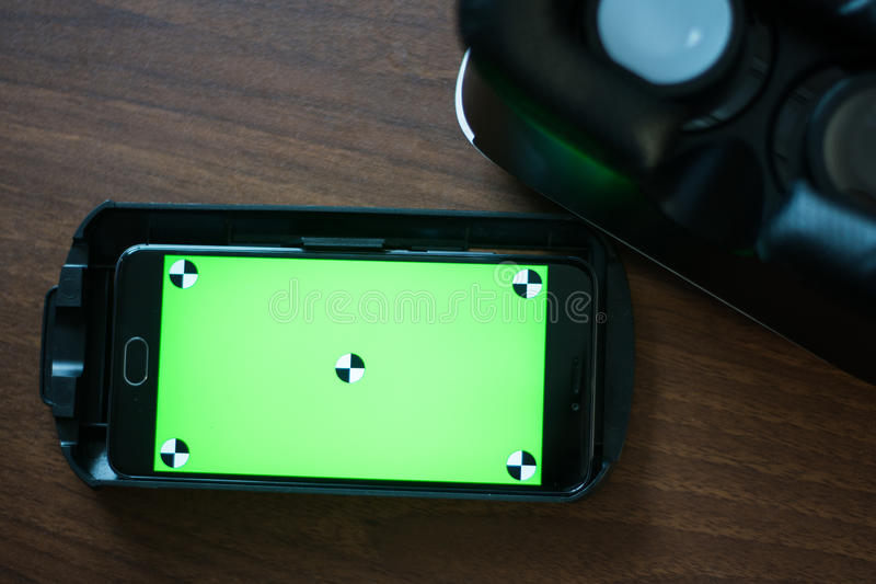 Réalité virtuelle, VR, casque et smartphone avec l'écran vert pour l'écran principal de chroma photo libre de droits