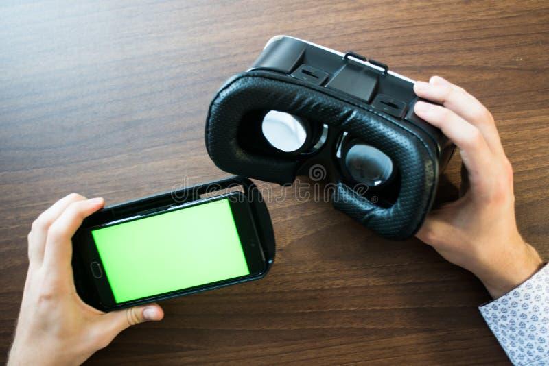 Réalité virtuelle, VR, casque et smartphone avec l'écran vert pour l'écran principal de chroma photos libres de droits