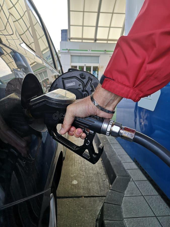 Réapprovisionnement en combustible à une station service photo stock