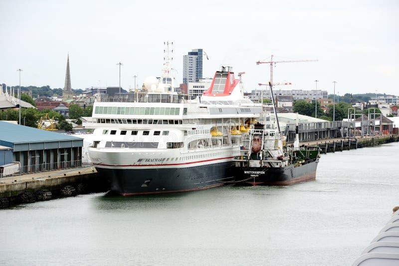 Réapprovisionnement en combustible dans le port image libre de droits