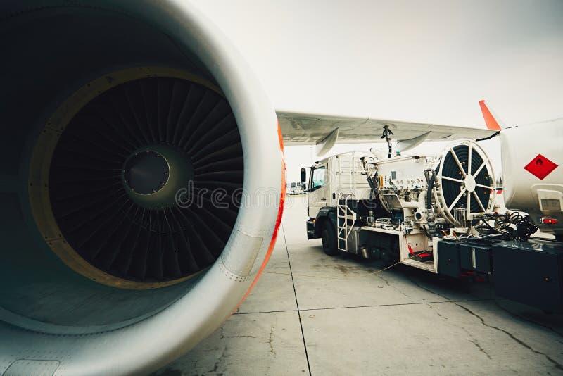 Réapprovisionnement en combustible des avions photo stock