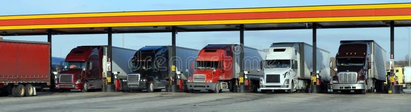 Réapprovisionnement en combustible diesel de camions images libres de droits