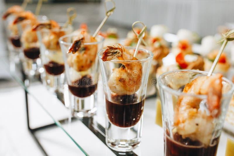 Réception de cocktail à l'événement, avec des crevettes de glace carbonique, hamburgers image libre de droits