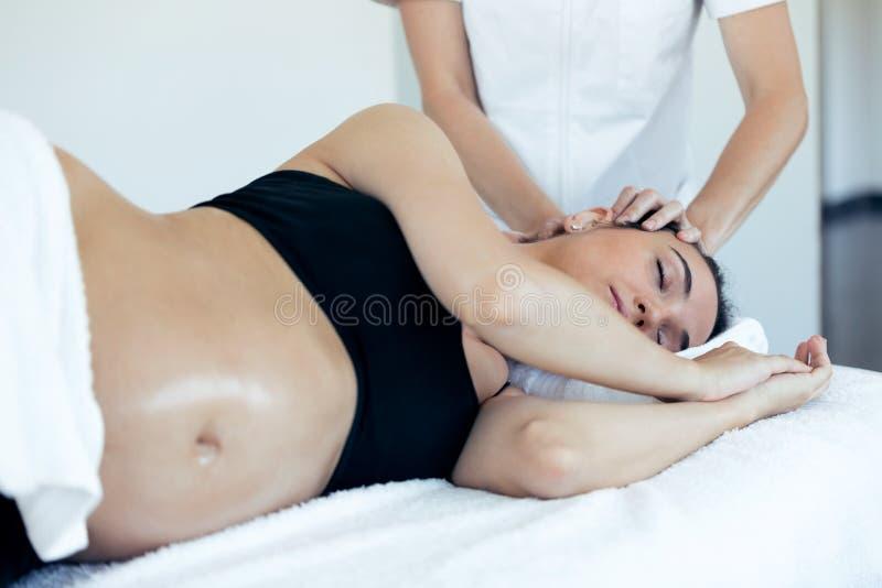 Réception de femme enceinte osteopathic ou traitement de chiropractie dans le cou dans une clinique image libre de droits