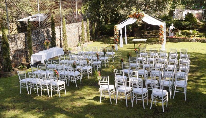 Réception de mariage dans un jardin photographie stock