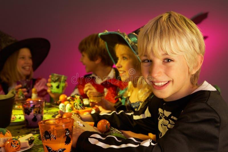 Réception de Veille de la toussaint avec des enfants ayant l'amusement images libres de droits