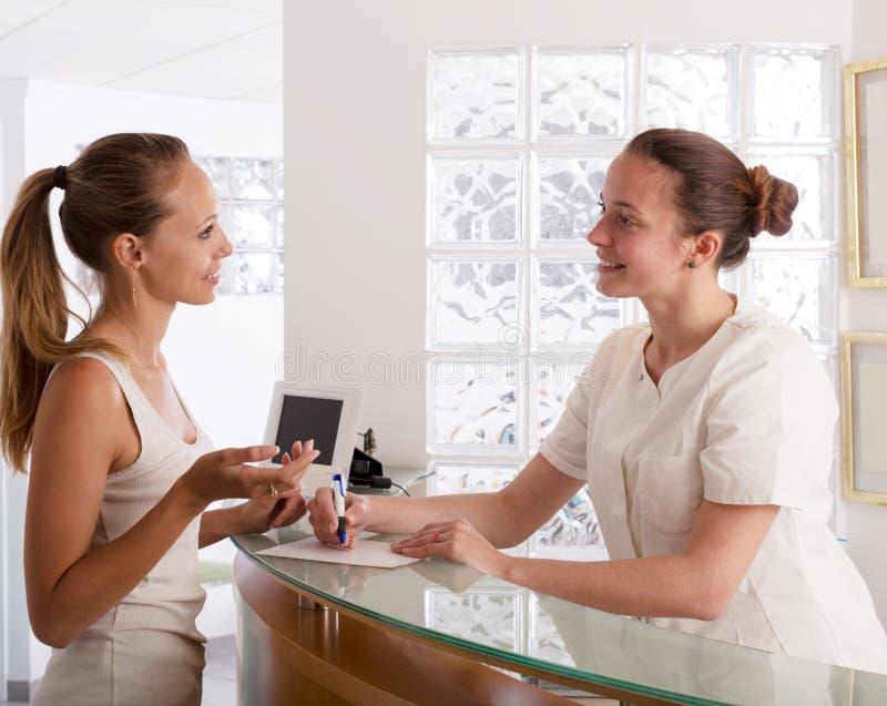 Réception patiente au dentiste photos stock