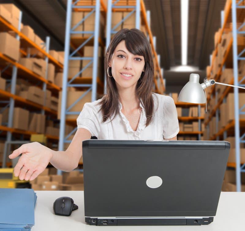 Réceptionniste à l'entrepôt de distribution a image stock