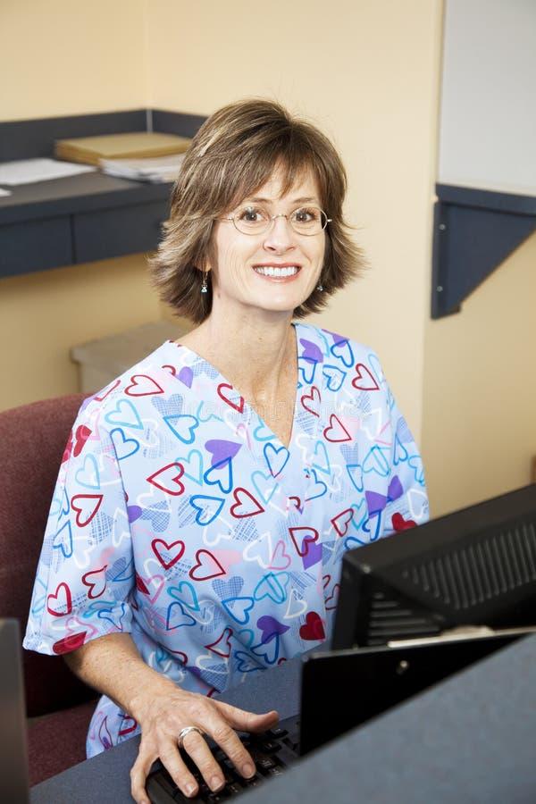 Réceptionniste dans médecins Office photographie stock libre de droits