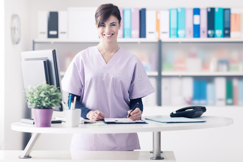 Réceptionniste de sourire à la clinique images stock