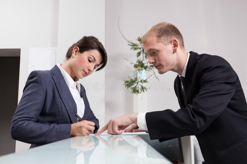 Réceptionniste masculin pendant le travail photos libres de droits
