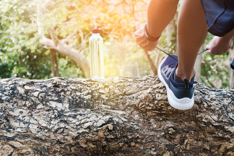 Réchauffage avant image pulsante/cultivée de jeune homme attirant faisant des exercices au parc image stock