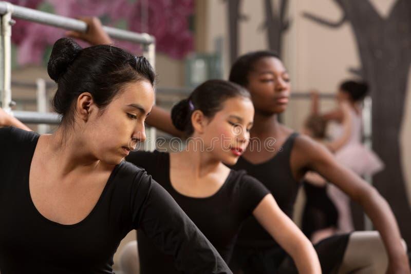 Réchauffage d'étudiants de ballet images stock