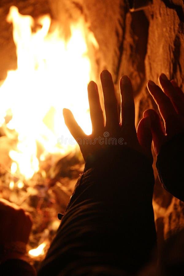 Réchauffage sur le feu en bois photos libres de droits