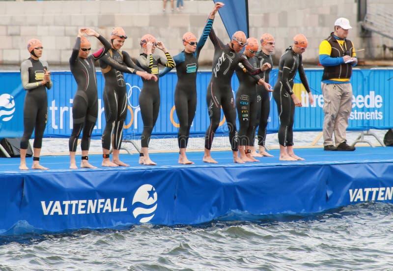 Réchauffant avant le début - triathlon, femmes photo libre de droits