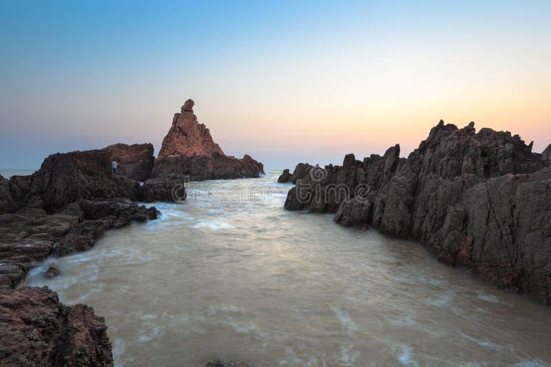 Récif de roche au lever de soleil images libres de droits