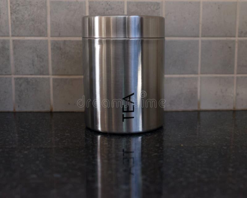 Récipient argenté de thé sur un comptoir de cuisine images stock