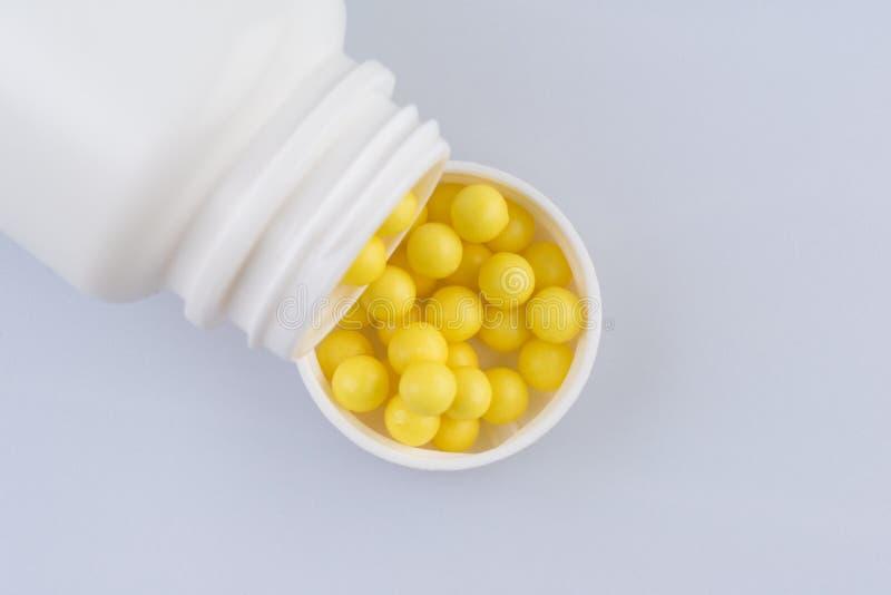 Récipient avec les vitamines de pilules photo stock