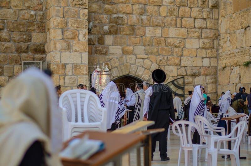 Récipient d'or de rouleau de Torah au mur occidental photos stock