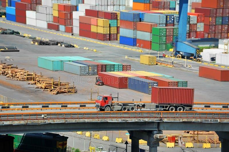 Récipient de cargaison dans le port et le camion photographie stock libre de droits