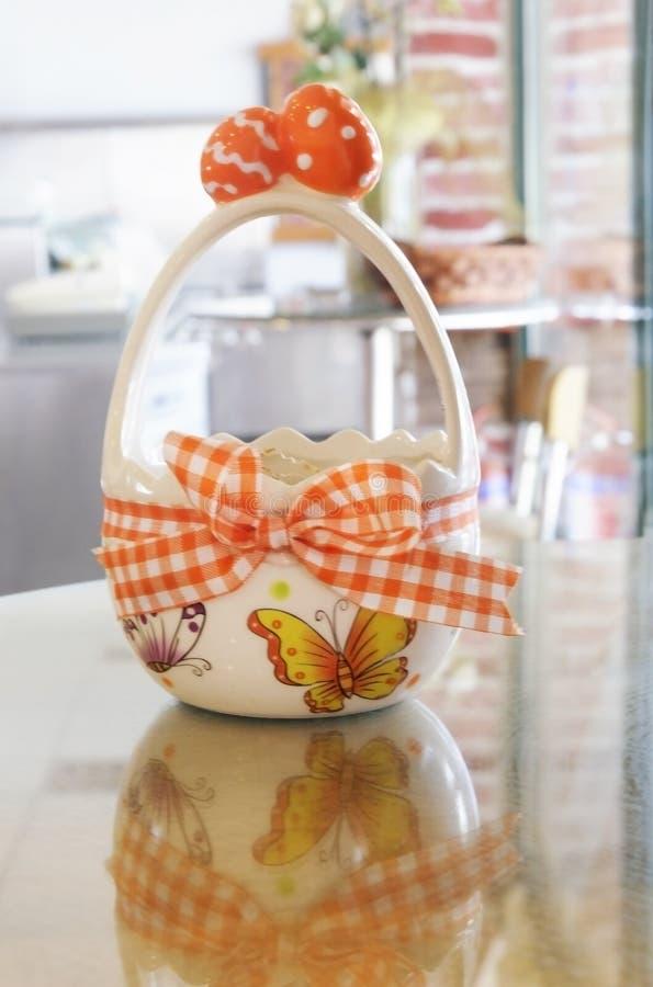 Récipient de Pâques pour des oeufs photos stock