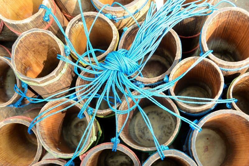 Récipient en bambou de tube pour le jus frais de sugarpalm photo stock