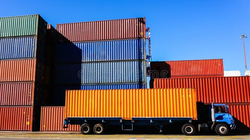 Récipient et camion dans le port photos stock