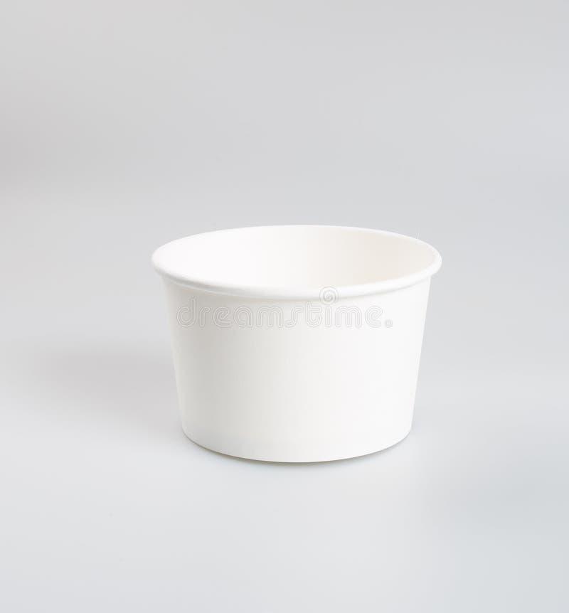 Récipient ou tasse de nourriture de papier sur un fond photos libres de droits