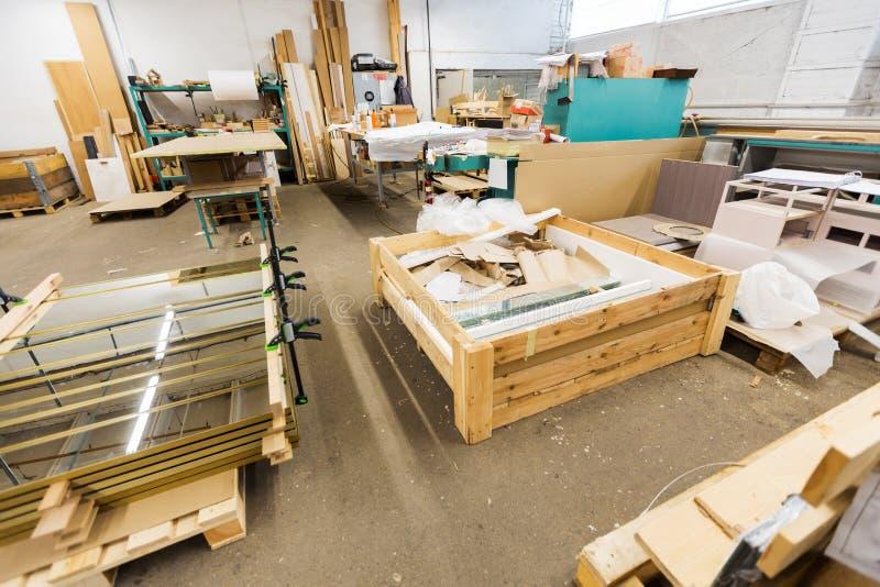 Récipient pour des déchets industriels à l'atelier d'usine images stock