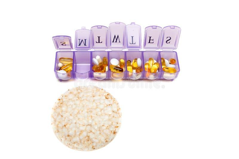 Récipient pour des vitamines pendant une semaine Isolat sur le blanc photos stock