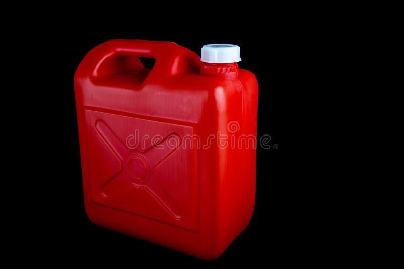 Récipient rouge de carburant sur un fond noir image libre de droits
