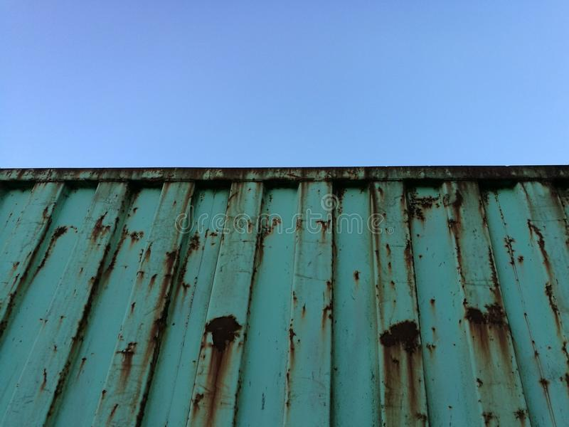 Récipient rouillé contre le ciel bleu clair photographie stock libre de droits