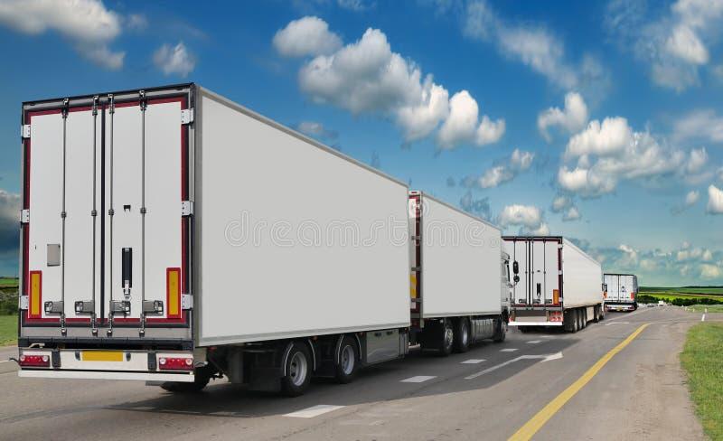 Récipient sur la grande route charges de transport image stock