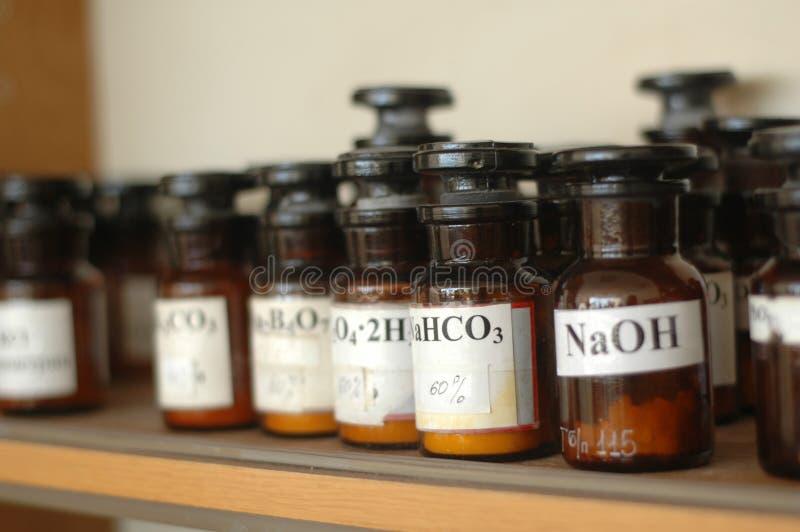 Récipients avec différents produits chimiques dans un laboratoire image libre de droits