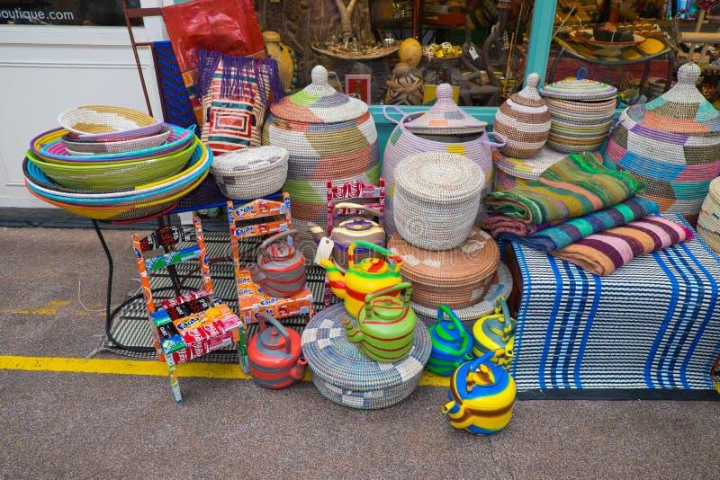 Récipients brillamment colorés à vendre, Brixton Market 25 11 15 images stock
