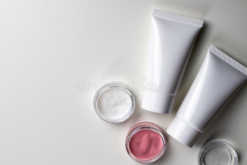 Récipients cosmétiques de bouteille, paquet vide de label pour stigmatiser le MOIS photo libre de droits