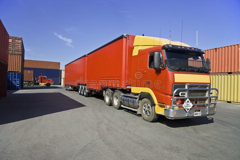 Récipients de camion et de cargaison au port images libres de droits