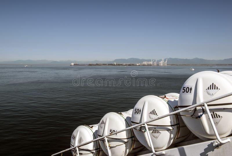 Récipients de canot de sauvetage sur le croisement de ferry images libres de droits