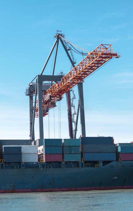 Récipients de cargaison dans le port La grue marine soulève le récipient de cargaison Transport d'importations-exportations, affa image libre de droits