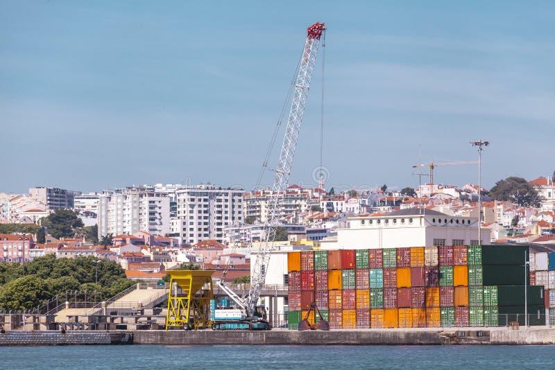 Récipients de cargaison dans le port La grue marine soulève le récipient de cargaison Transport d'importations-exportations, affa photo libre de droits