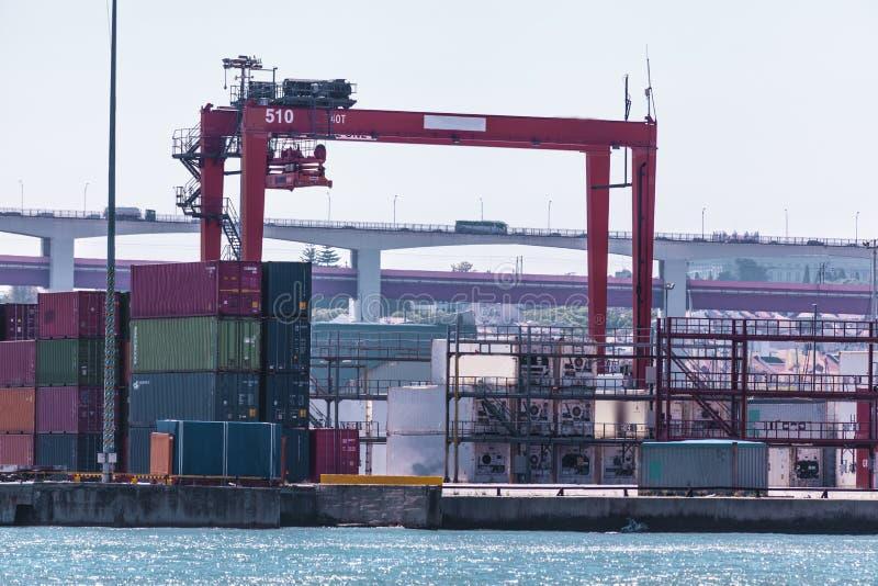 Récipients de cargaison dans le port La grue marine soulève le récipient de cargaison Transport d'importations-exportations, affa image stock