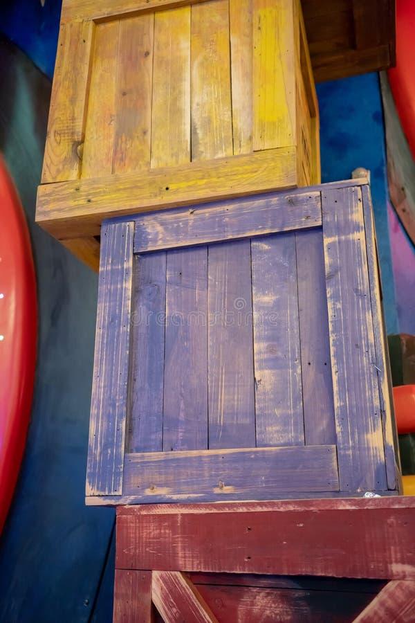 Récipients en bois et caisses empilés par bande dessinée colorée images stock