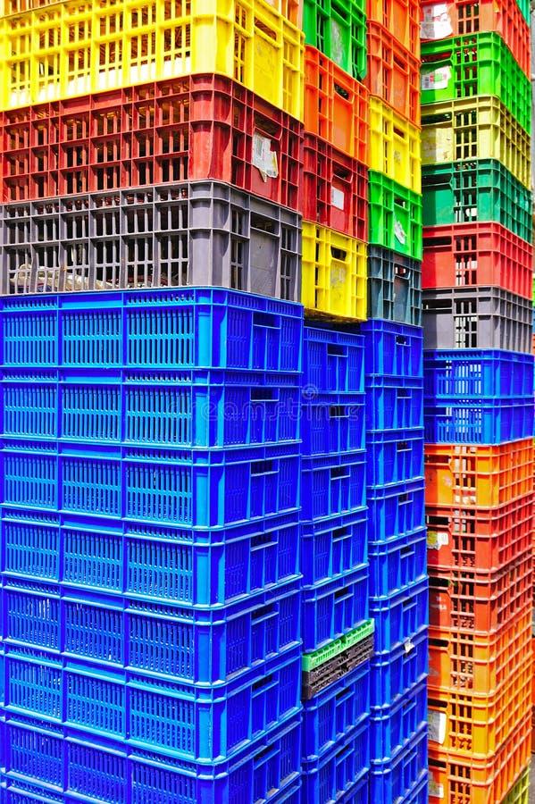 Récipients en plastique colorés photo libre de droits