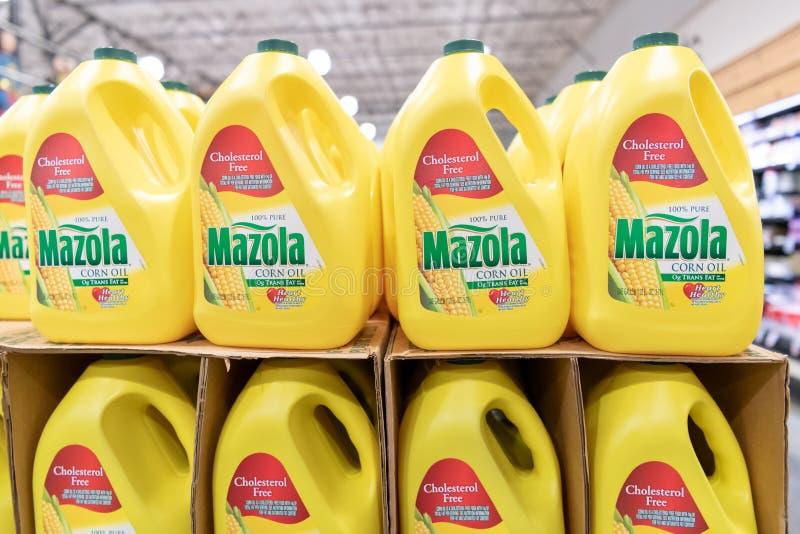Récipients en plastique d'huile de maïs de Mazola photos stock