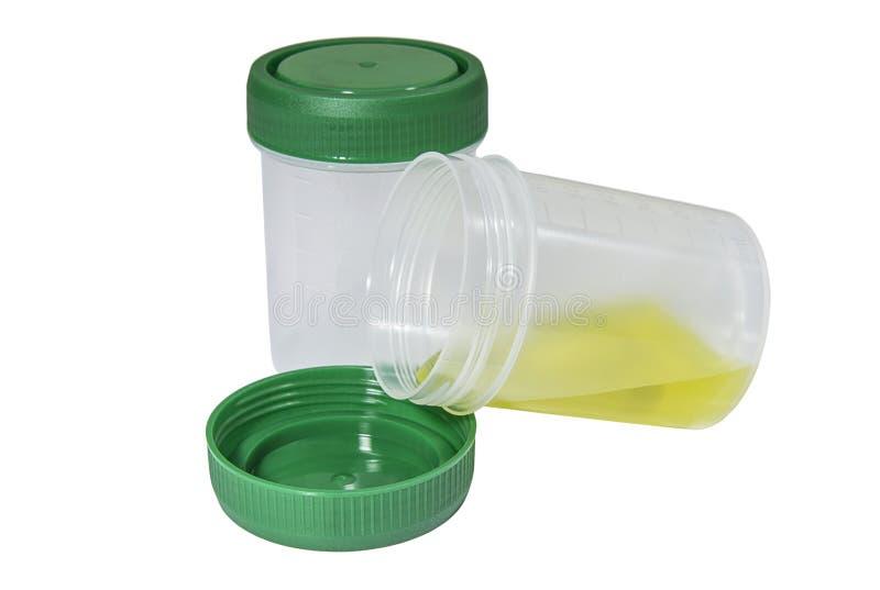 Récipients en plastique pour la collection de matériel biologique avec les chapeaux verts photos stock