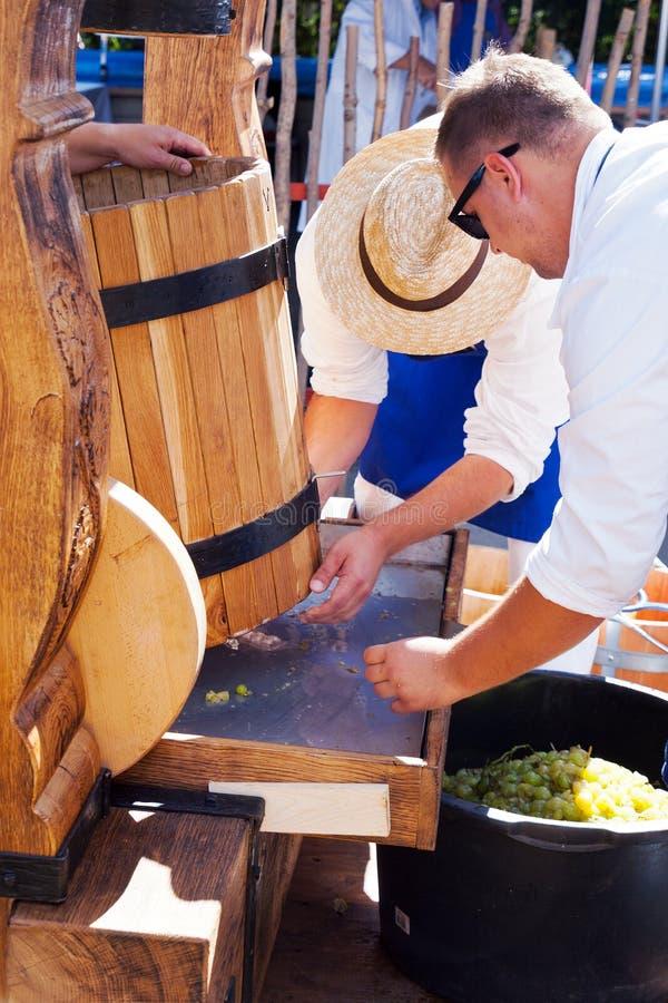 Récolte moravian traditionnelle de vin, jardins royaux, château de Prague, photo libre de droits