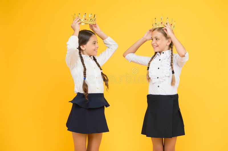 Récompense de motivation pour des écoliers Couronnement de récompense Élèves brillants Rêver de la renommée et de la richesse photo stock