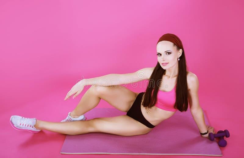 récréation Femme sportive sportive se reposant sur une couverture rose image stock