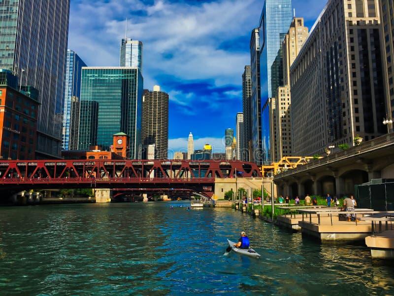 Récréation sur la rivière Chicago, y compris kayaking, passage couvert piétonnier, pêchant des piliers, entourés par photographie stock libre de droits